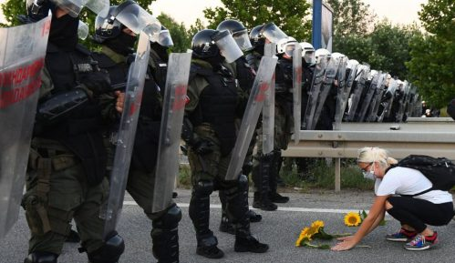 Batinaši SNS premlaćuju demonstrante u Novom Sadu 1