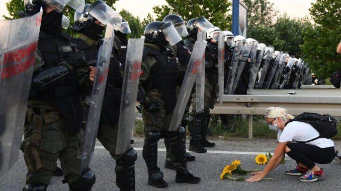 Batinaši SNS premlaćuju demonstrante u Novom Sadu 3