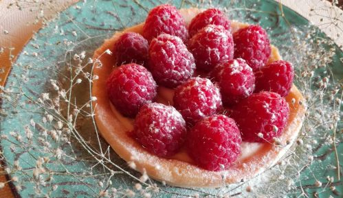 Letnji tart od limuna ukrašen malinama (recept) 1
