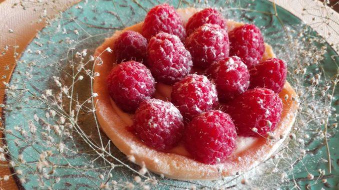 Letnji tart od limuna ukrašen malinama (recept) 4