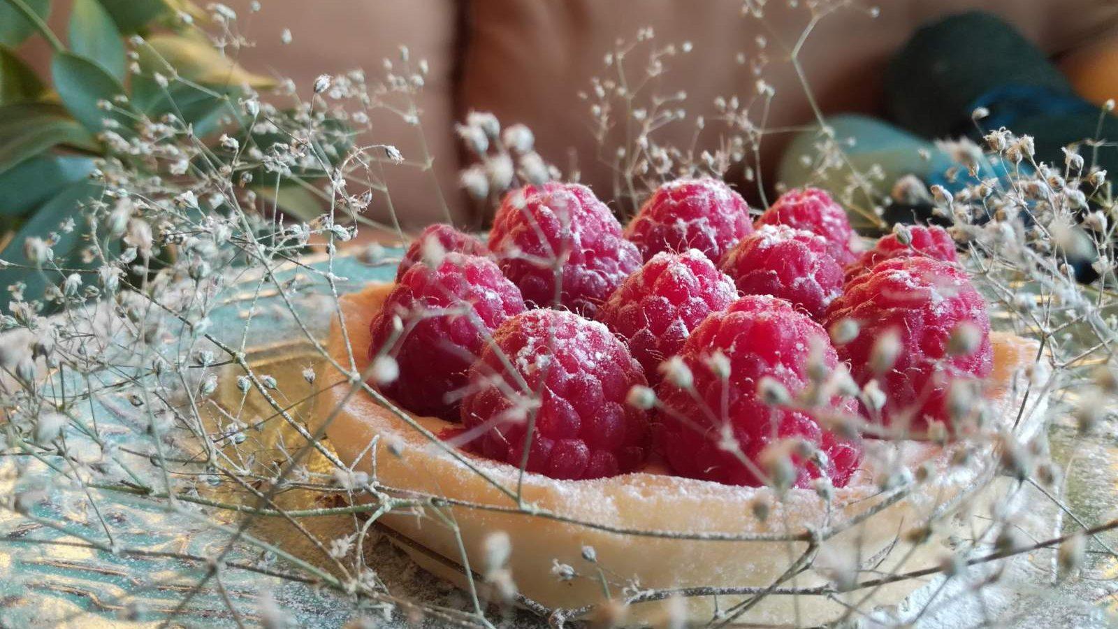 Letnji tart od limuna ukrašen malinama (recept) 2