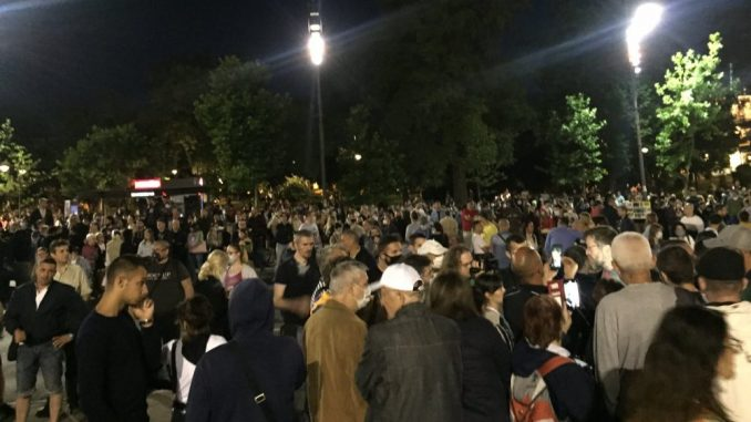 Šesti protest u Beogradu bez incidenata, uz učešće oko 1.000 ljudi (FOTO/VIDEO) 1