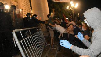Policija potisnula demonstrante od Skupštine, ima povređenih na obe strane (FOTO/VIDEO) 3