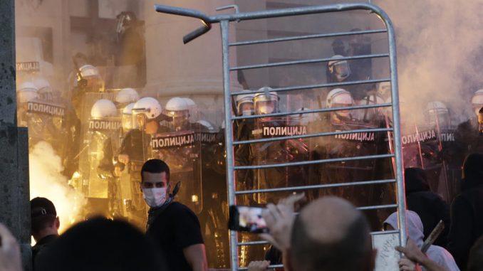 Policija rasterala demonstrante suzavcima i oklopnim vozilima iz centra Beograda (VIDEO, FOTO) 14