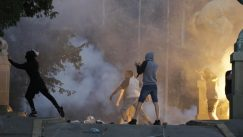 Policija rasterala demonstrante suzavcima i oklopnim vozilima iz centra Beograda (VIDEO, FOTO) 20