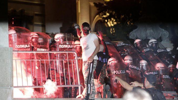 Policija potisnula preostalu grupu demonstranata iz okoline skupštine (FOTO, VIDEO) 2