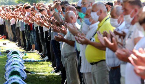 AP o komemoraciji u Potočarima: Srpski lideri i dalje negiraju genocid u Srebrenici 10