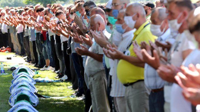 AP o komemoraciji u Potočarima: Srpski lideri i dalje negiraju genocid u Srebrenici 1