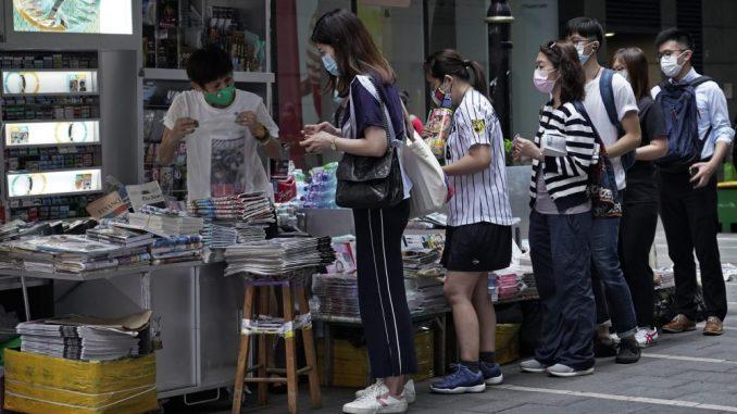Stanovnici Hongkonga pohrlili na prodemokratski list da podrže slobodu štampe 4