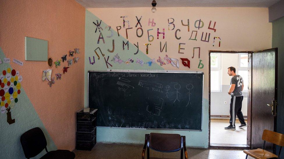 Učionica, azbuka ispisana na zidu