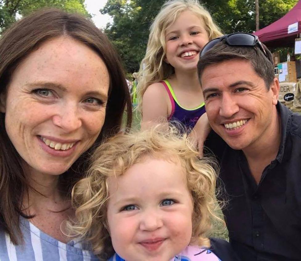 Ijan sa suprugom i ćerkama
