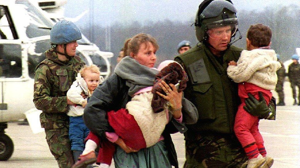 Эvakuirovannыe iz Srebrenicы v Tuzlu ženщinы i deti, mart 1993 god