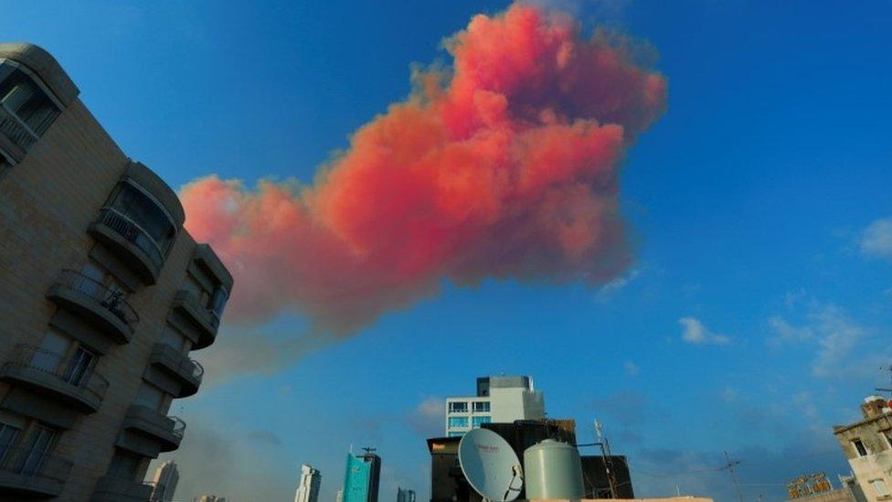 Dim se širi iznad grada posle eksplozije