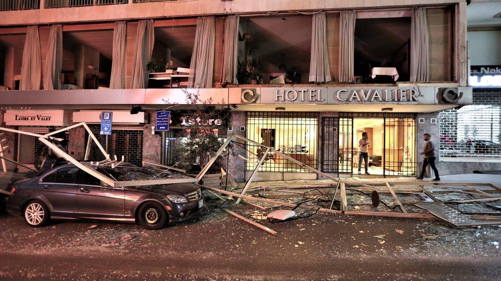 prozori na hotelu popucali