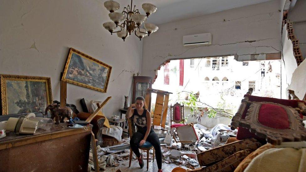 Žena u srušenom stanu
