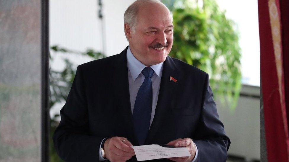 Lukašenko glasa na izborima 9. avgusta 2020.