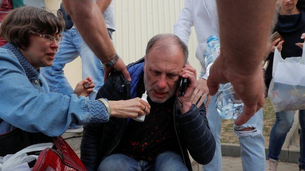 Nervozni roditelji čekaju ispred pritvorskog centra u Minsku
