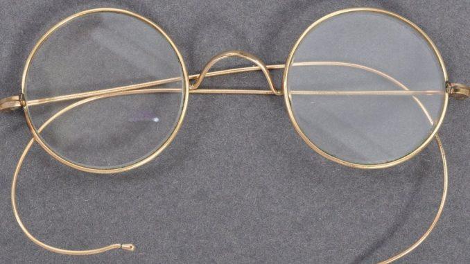 """""""Prodaja veka"""". Gandijeve naočare pronađene u poštanskom sandučetu prodate za skoro 300 hiljada evra 2"""