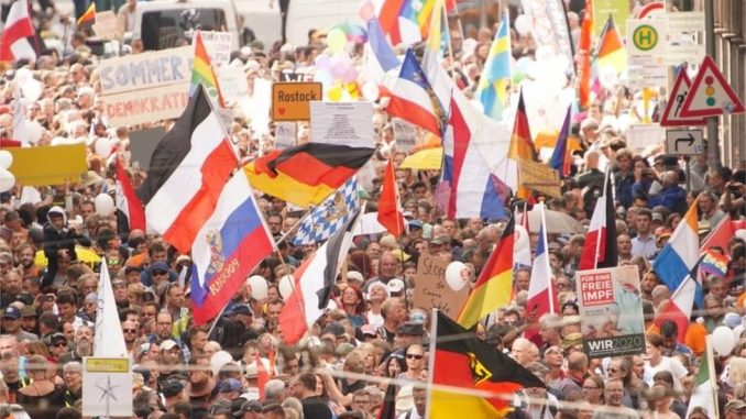 """Korona virus i Nemačka: Anti-korona protest u Berlinu, okupljeni tražili """"osnovne slobode"""" 4"""