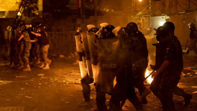 Policija upotrebila suzavac protiv demonstranata u Bejrutu (FOTO) 1