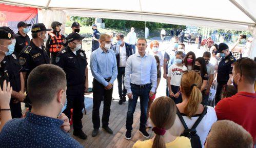 Stefanović na druženju sa decom stradalih pripadnika MUP-a (FOTO) 12