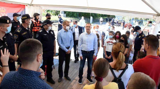Stefanović na druženju sa decom stradalih pripadnika MUP-a (FOTO) 5