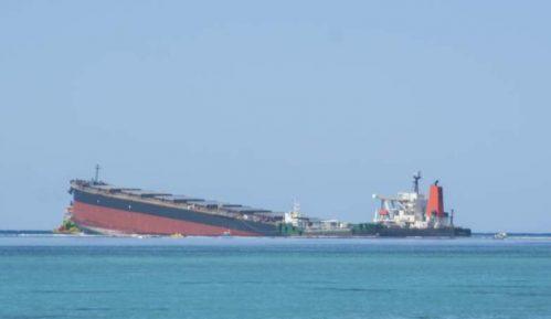 Prepolovio se brod iz kojeg su se izlile tone nafte kod Mauricijusa 8