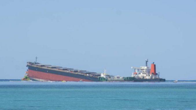 Prepolovio se brod iz kojeg su se izlile tone nafte kod Mauricijusa 1