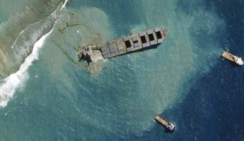 Velike demonstracije na Mauricijusu zbog zagađenja mora naftom 2