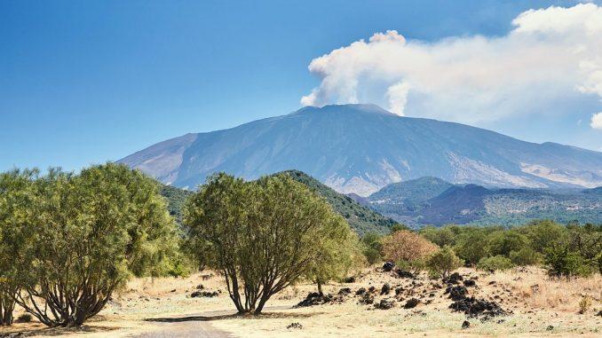 Vulkan Etna ponovo aktivan, izbacuje pepeo 1