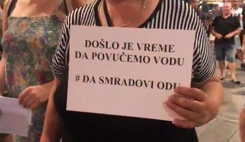 """Protest ispred gradske kuće u Zrenjaninu """"Da smradovi odu"""" (VIDEO) 11"""