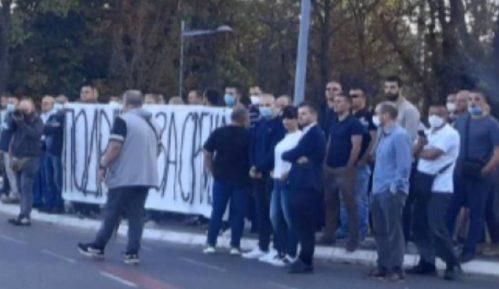 """Naprednjaci """"spontano"""" ispratili predsednika Vučića na dalek put 5"""