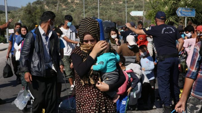 Migranti iz izgorelog kampa Lipa bez krova nad glavom 1