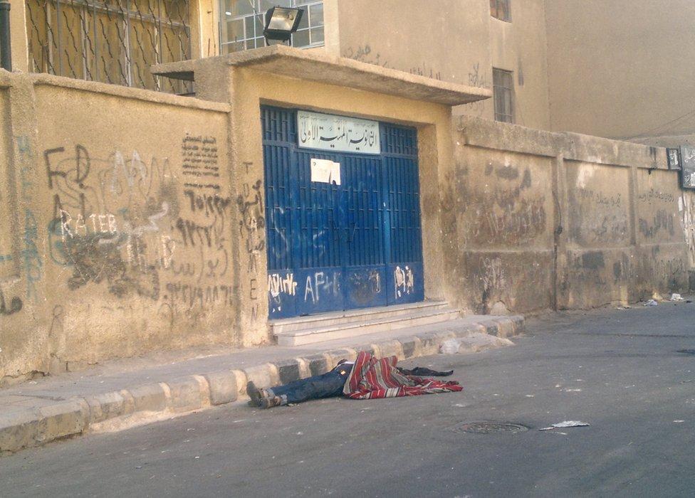 Telo leži na ulici u Damasku 2012.
