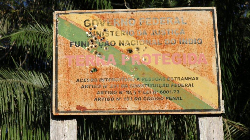Znak za rezervat domorodačkog stanovništva izbušen je rupama od metaka