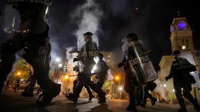 Amerika, rasizam i Briona Tejlor: Ranjena dva policajca na protestima u Lujvilu 3