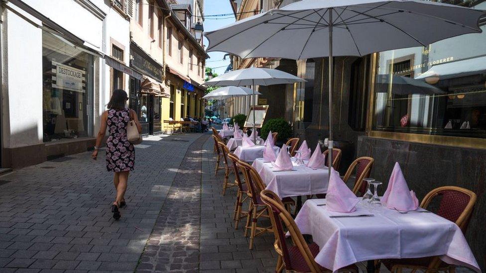 Žena u suknji na ulici u Strazburu