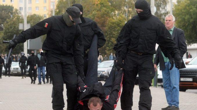 """Protesti i Belorusiji: Suzavac, šok bombe, desetine uhapšenih i povici """"fašisti, fašisti"""" 2"""
