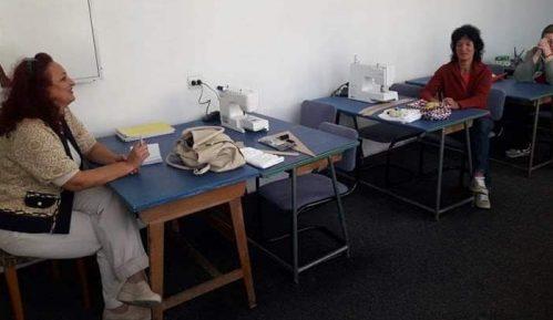 Prokupačke krojačice poklonile odevne predmete i maske sašivene tokom obuke 1