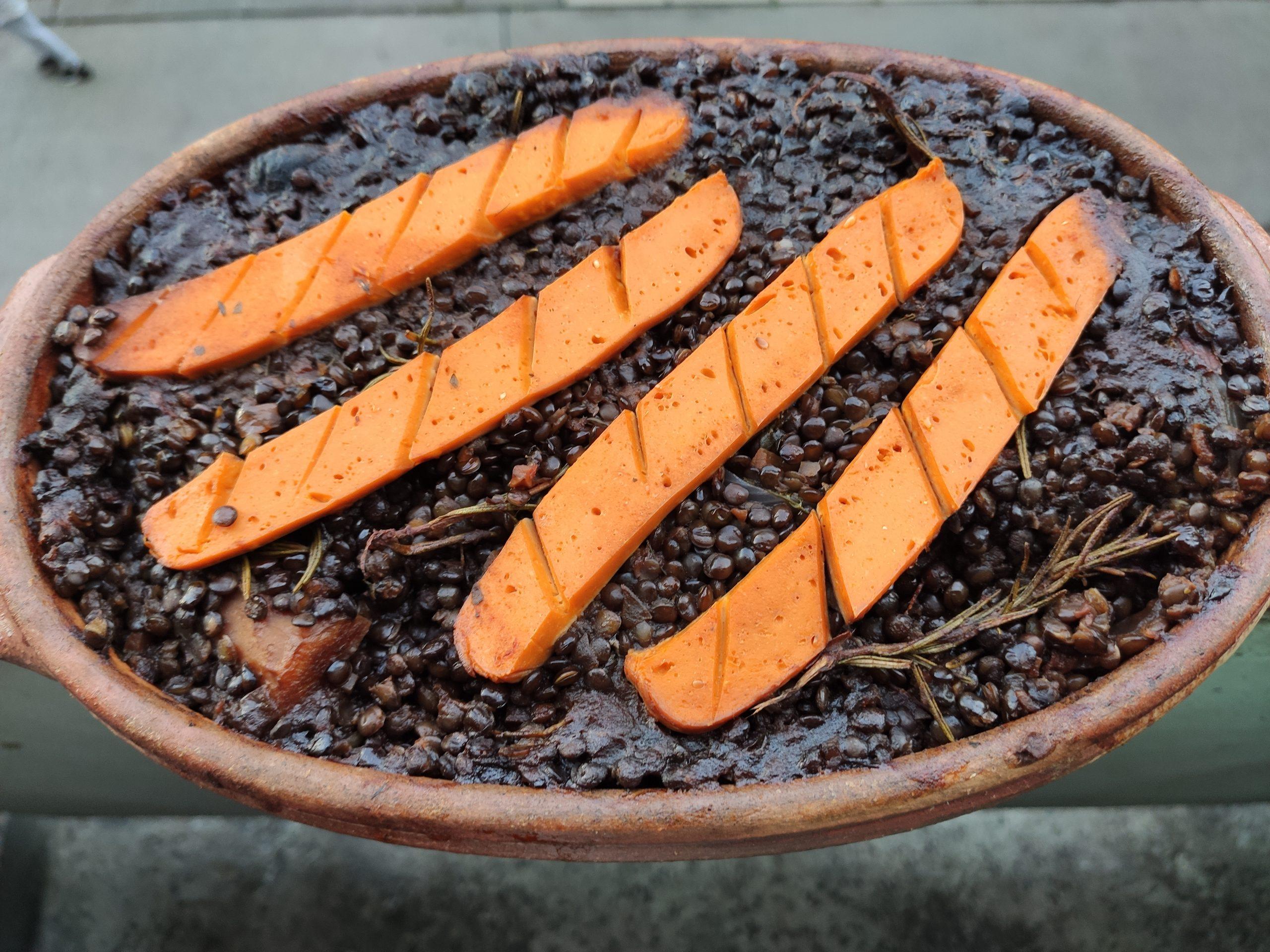 Vege recept: Zapečeno crno sočivo sa dimljenim tofuom i sojinim kobasicama 3