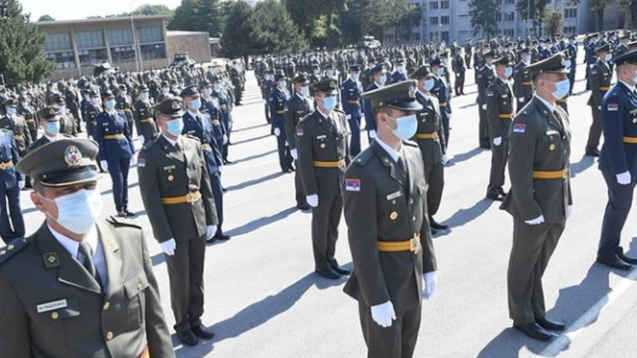 Promovisani najmlađi oficiri, Vučić poručio da su država i građani ponosni na vojsku (FOTO) 2