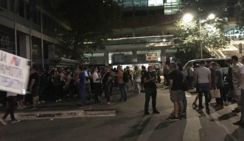 Skup podrške i protest za vreme gostovanja Vučića na RTS-u 12