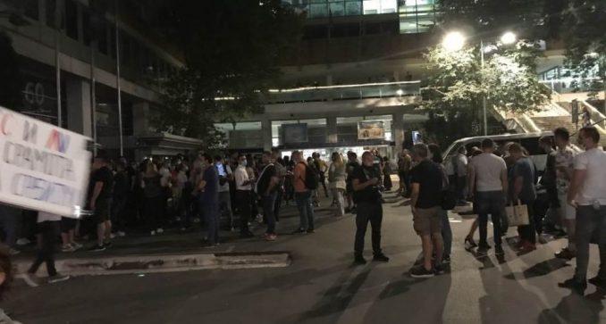 Skup podrške i protest za vreme gostovanja Vučića na RTS-u 4
