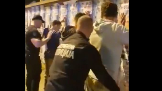 Novaković: Interventna policija legitimisala aktiviste Narodne stranke zbog plakata (VIDEO) 1