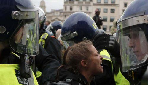 Londonska policija rastura demonstracije protiv vanrednih mera zbog korona virusa 4