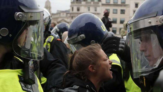 Londonska policija rastura demonstracije protiv vanrednih mera zbog korona virusa 3