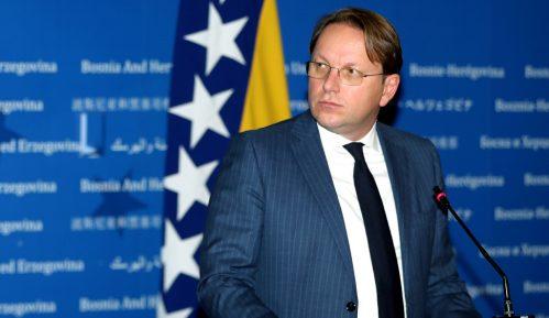 Varhelji stigao u Sarajevo, uručio prvi kontingent vakcina iz EU za BiH 15
