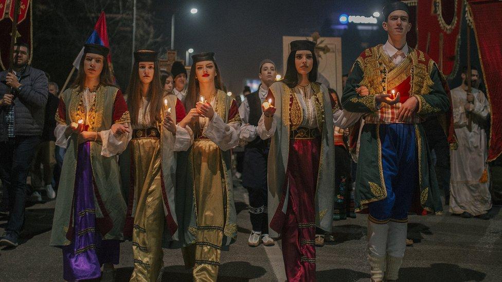 Mladi obuleni u tradicionalne nošnje tokom litije u Podgorici