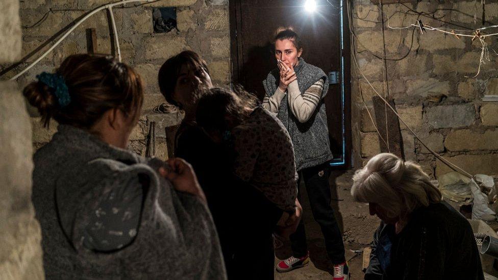 Stepanakert, Nagornый Karabah, žiteli prяčutsя ot vozmožnыh obstrelov i naletov v podvale