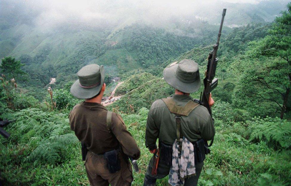 Dvojica naoružanih vojnika Revolucionarnih oružanih snaga Kolumbije (1998)